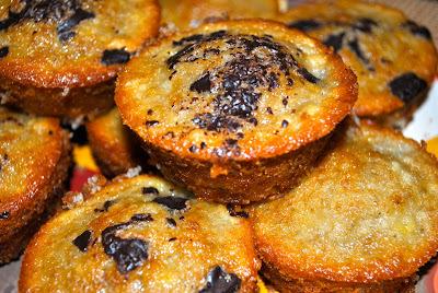 Muffins de plátano y chocolate amargo (15 minutos + 15 en el horno)