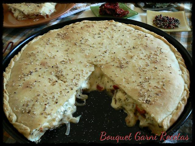 Tarta de cebolla, tomates cherry y quesos