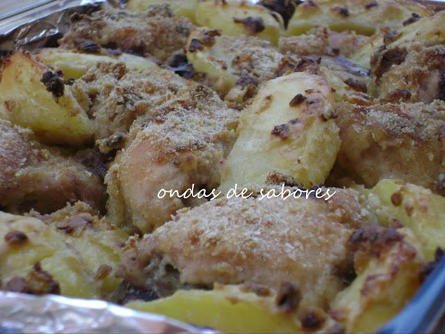 coxa e sobrecoxa de frango assado com batata e creme de cebola