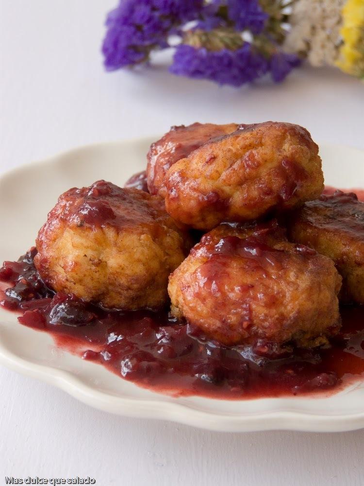 Albóndigas de pollo con salsa agridulce de frutos del bosque