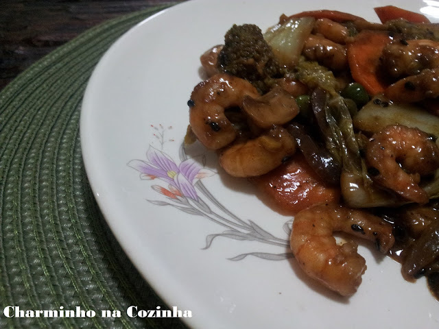 Salada oriental com camarões