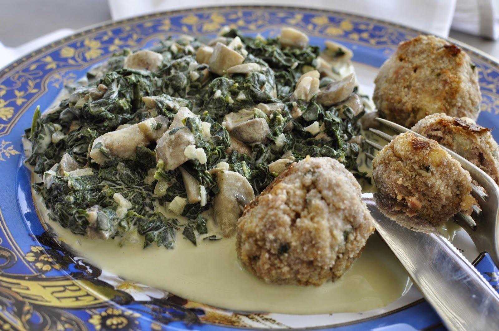 Albóndigas de carne y papa acompañada de guiso de espinaca y champiñones