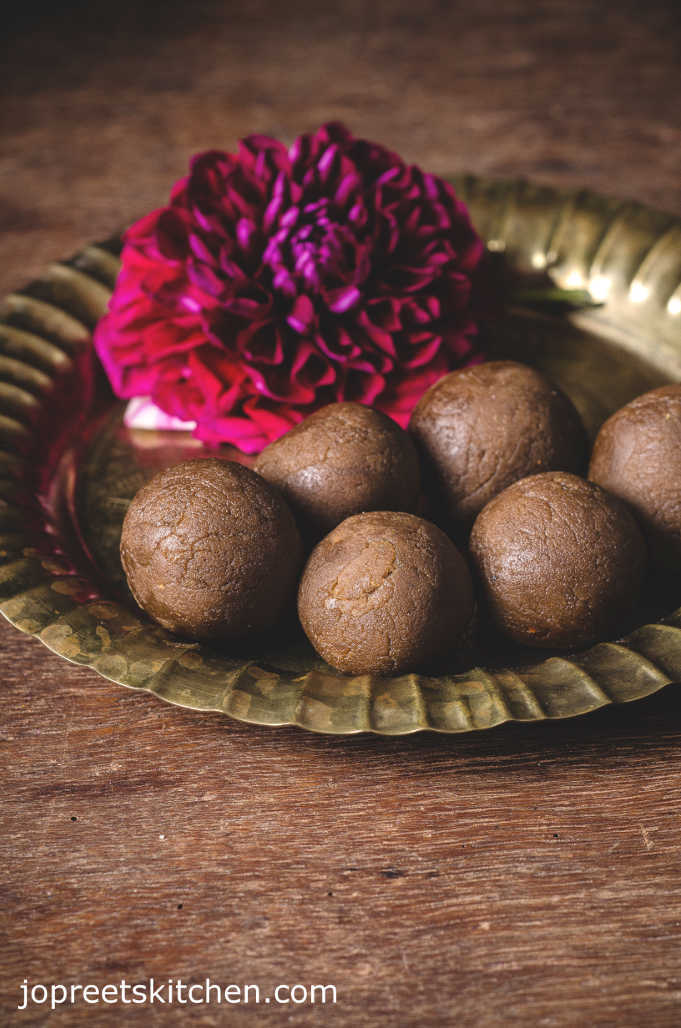 Besan Gud Laddu / Besan Jaggery Ladoo (Kadalai Maavu Ladoo) - No Ghee & Sugar Sweets