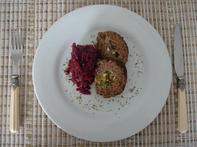 Bolo de Carne com Salada de Beterraba
