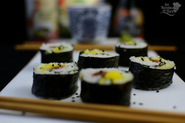 Maki sushi con atún, mango y apio.