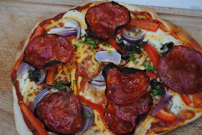 """Kebabdeller"" med fintsnittet kål, yoghurtdressing og hjemmebagte pitabrød"