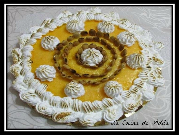 Tarta capuchina decorada con merengue y almendras