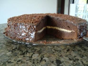 bolo com recheio de maracuja e cobertura de chocolate com o musse de maracuja