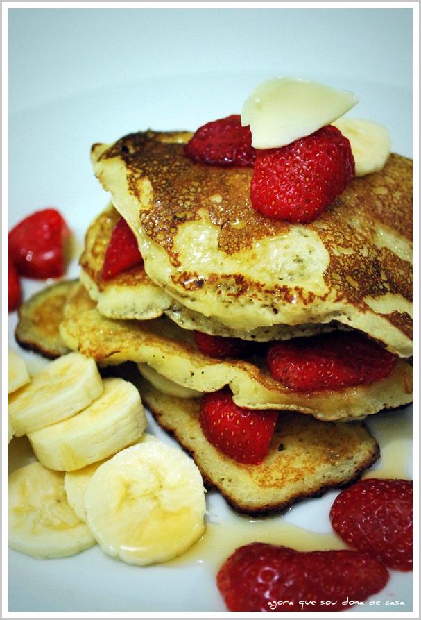 para toda hora: panquecas com frutas frescas e mel