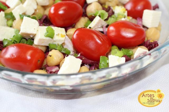 salada de grão de bico  com tomatinhos grape , RADICCHIO  e queijo minas frescal