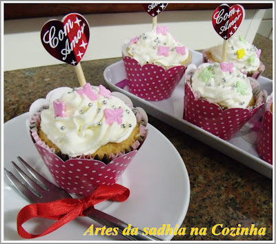 de bolo decorado com chantilly rosa e marrom