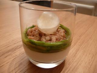 Crevettes grises sur panna cotta au sésame, petites asperges vertes, glaçon sphérique aux crustacés : Sois belge et Ouvre-la !