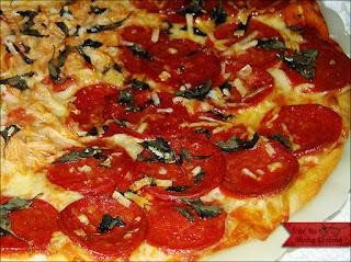 Pizza de Pepperoni com Manjericão