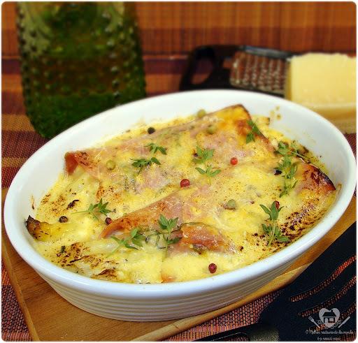 Gratinado de aspargos com presunto e purê de batatas ao molho de gorgonzola