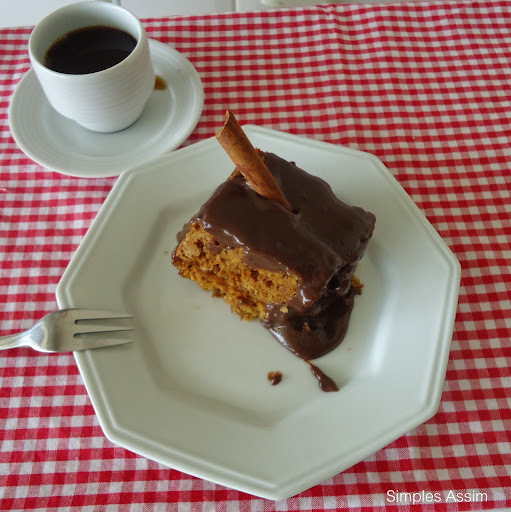 bolo pão de ló de chocolate em forma quadrada