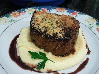 Filé Mignon na crosta de ervas e aligot na  redução de vinho do porto by Chef Doni Nascimento
