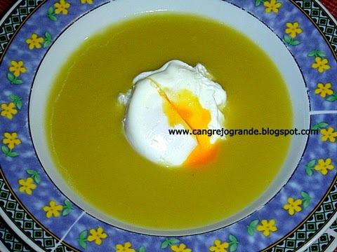 Sopa de patatas con huevo poché.
