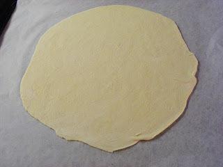 Indbagt pizza med spaghetti, kødsovs og skinke