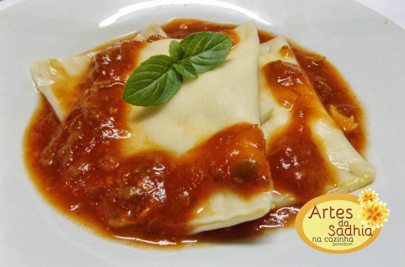Ravioli fácil  de dois queijos com massa de lasanha  com molho de tomate e azeitonas Fugini para o niver do filhote