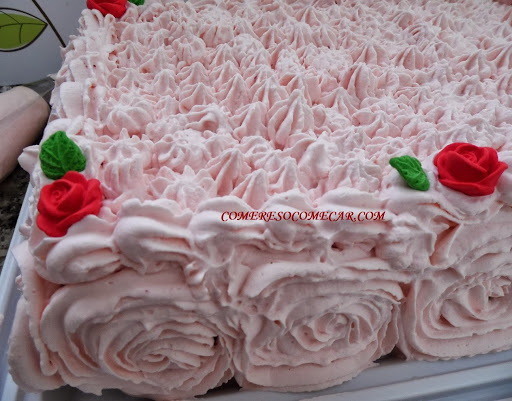 de bolo de aniversario com recheio de doce de leite com pessego
