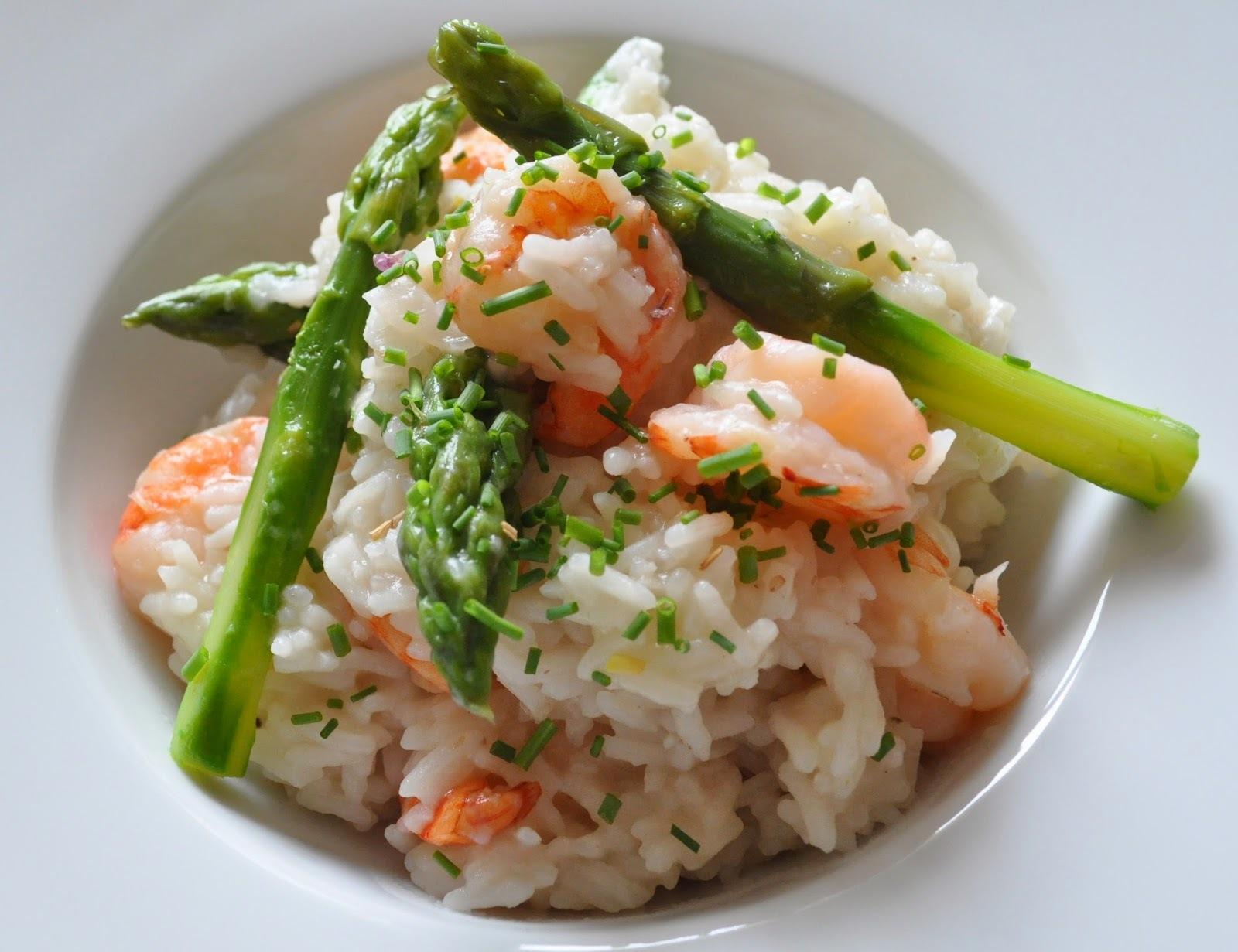 Riz aux asperges vertes et crevettes façon risotto.