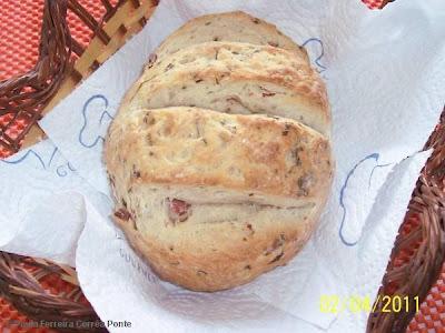 Pãozinho Italiano Caseiro com Salame, Azeitonas e Ervas Frescas