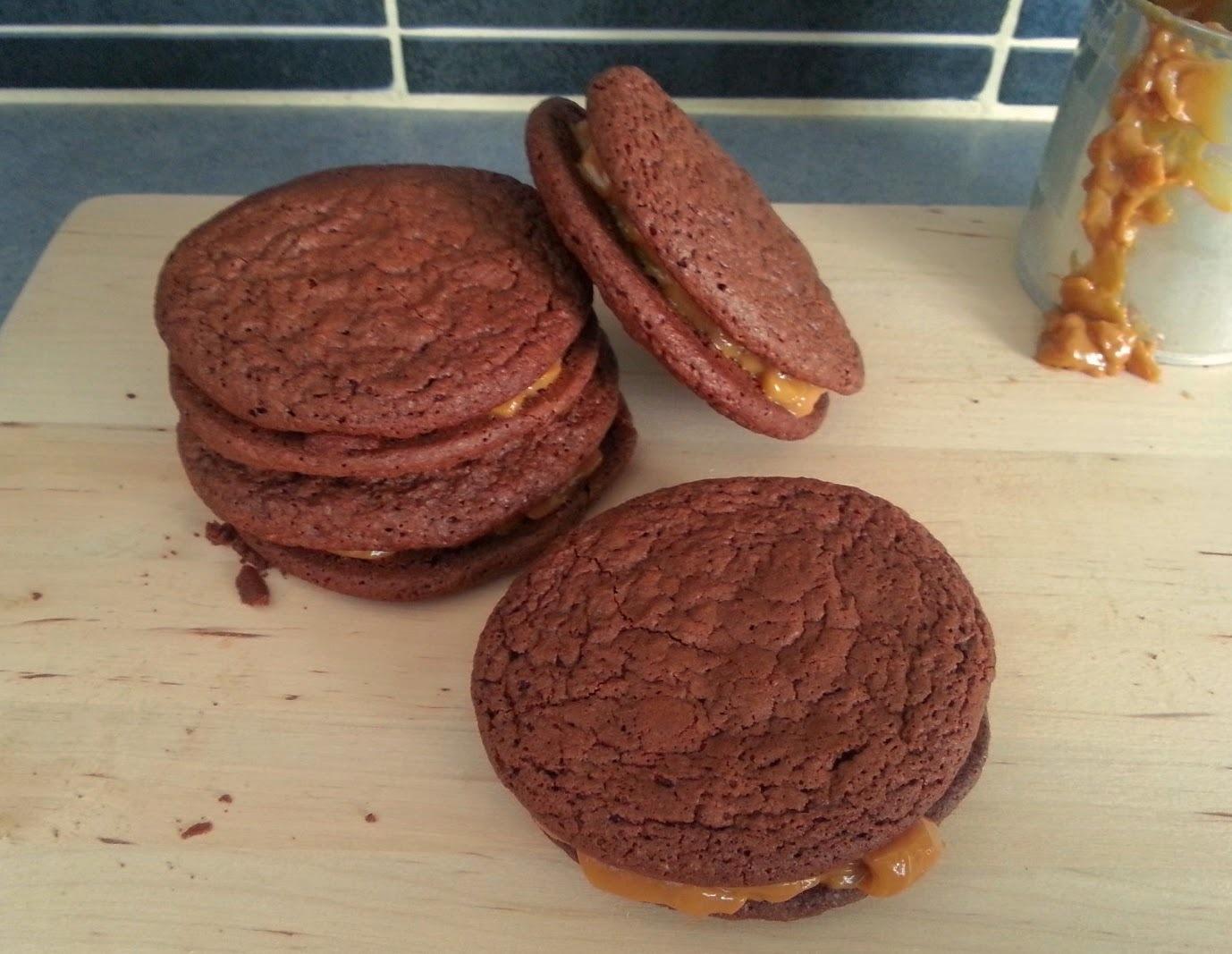 Μπισκότα μαλακά σαν brownies γεμιστά με καραμέλα