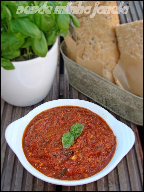 Bruschetas com molho de tomate caseiro, queijo e azeitonas!