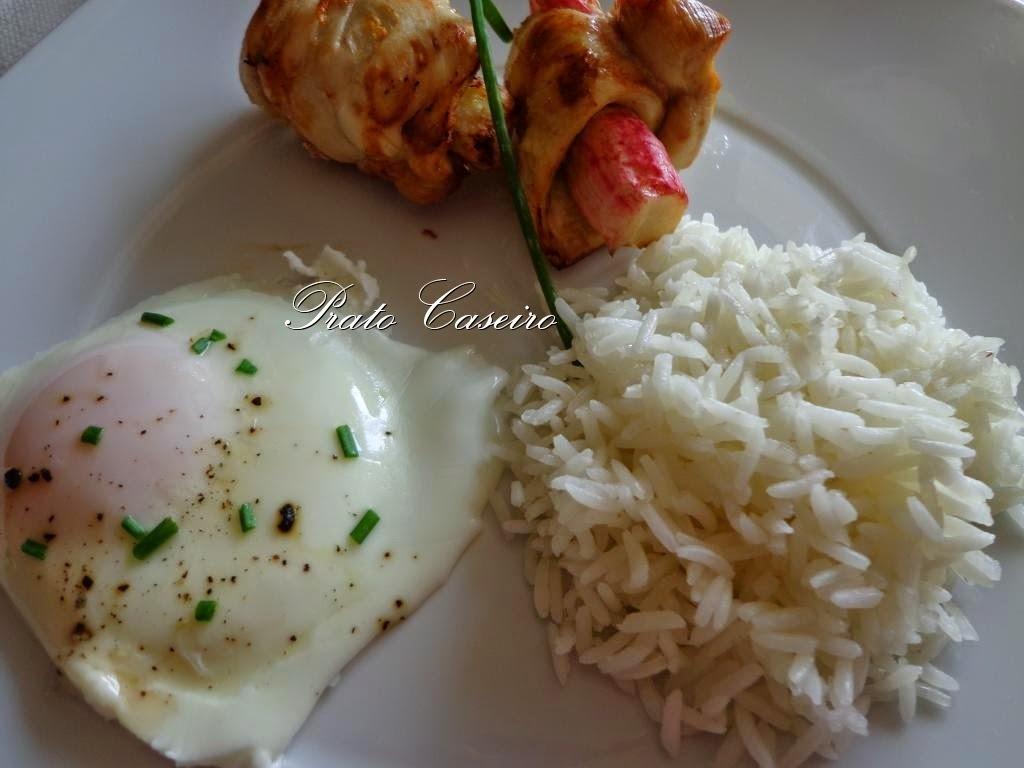 Bifes de frango enrolados em delícias do mar com arroz branco e ovos estrelados na bimby