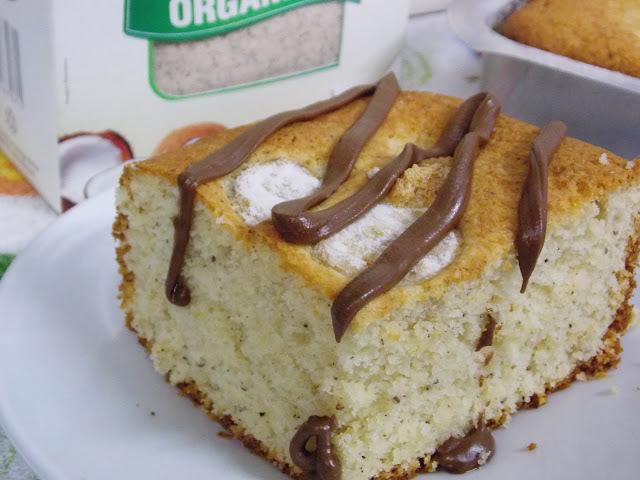 Bolo de banana com farinha de coco e cobertura de creme de avelãs