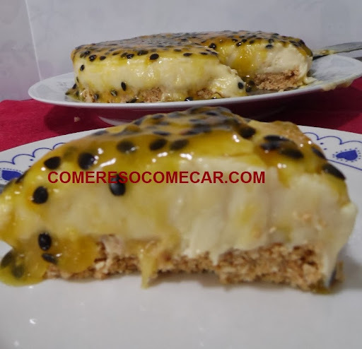 TORTA TRUFADA DE CHOCOLATE BRANCO E CALDA DE MARACUJÁ