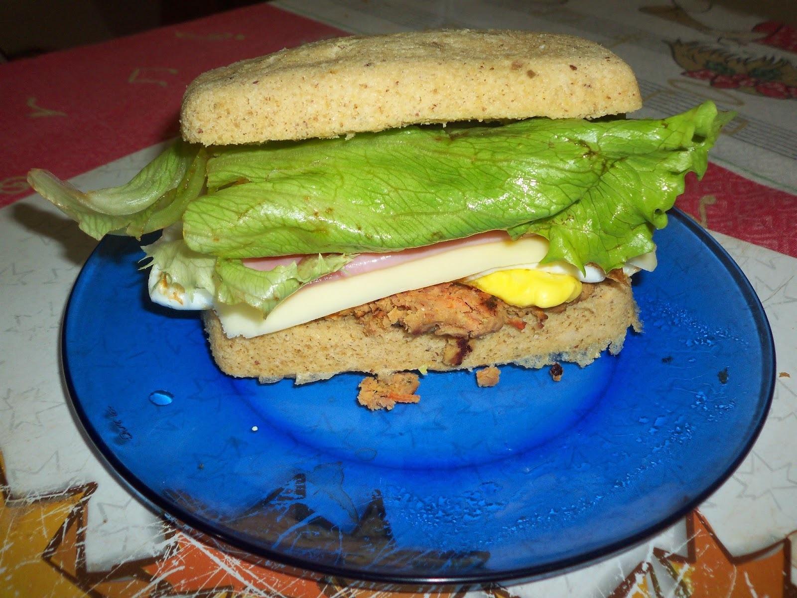 Lanche com pão de batata doce e hamburguer de frango e grão de bico