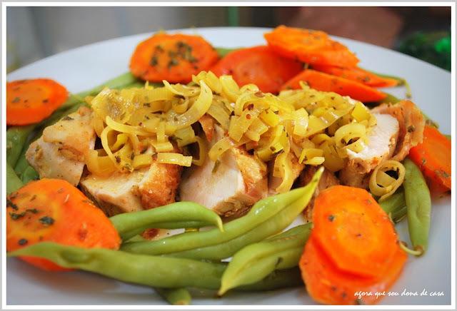 dos meus chefs preferidos: peito de frango ao molho de alho poró com legumes