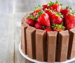 Τούρτα παγωτό μαστίχα με μπάρες σοκολάτας και φρούτα δάσους
