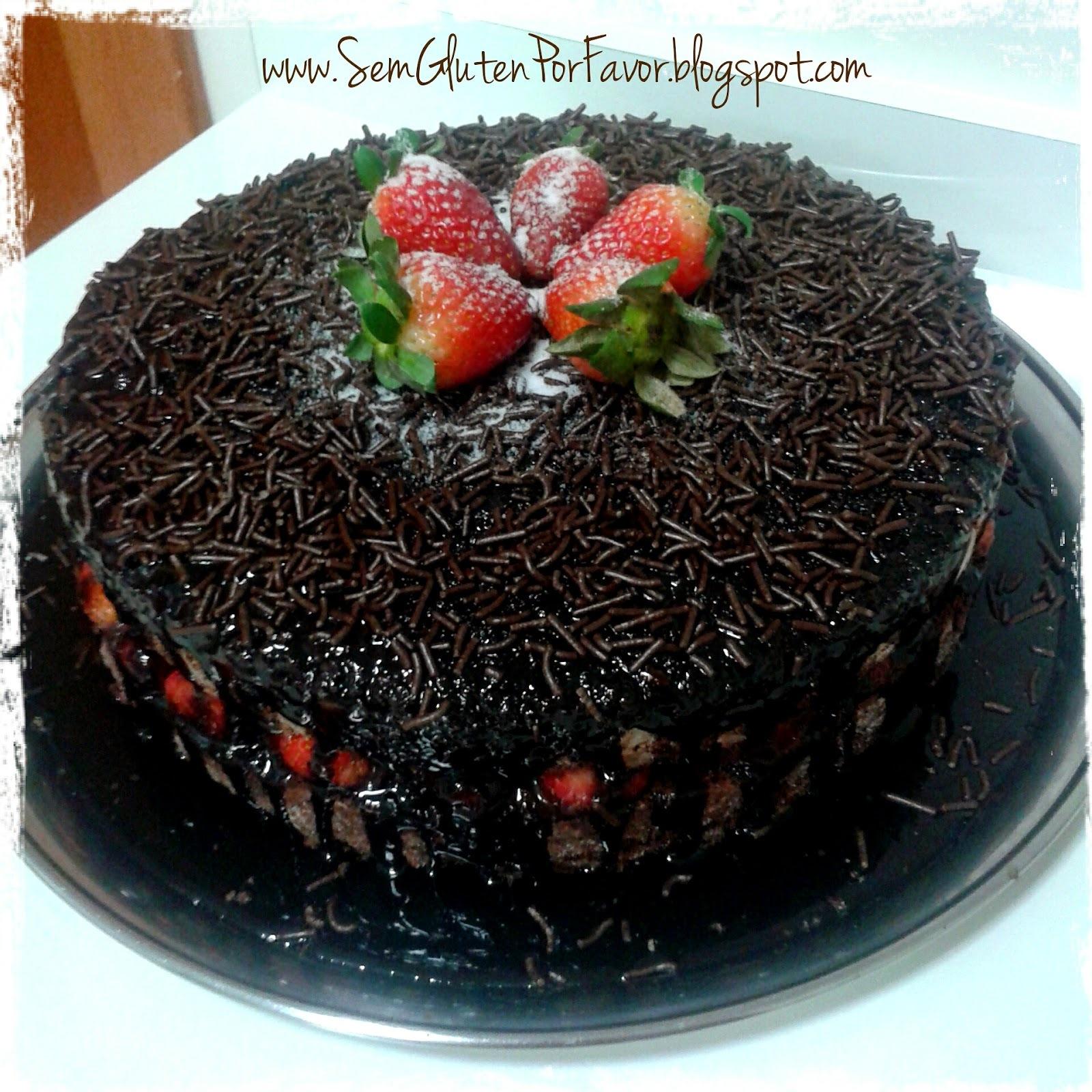 Bolo de chocolate com recheio de brigadeiro e morangos