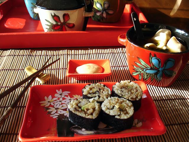 Soupe wonton de brocoli chinois dans un léger bouillon arômatisé au gingembre & soya