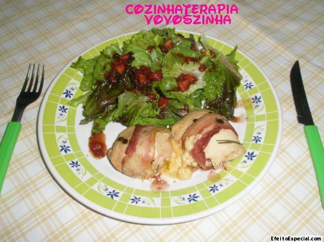 Enroladinho de Filé de Frango com vinho e laranja,servido com Multi Salada com molho de Morango.