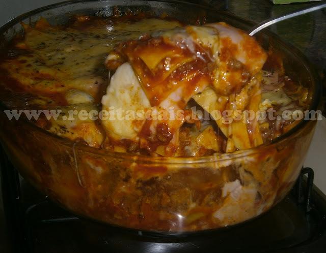 lasanha de frango com requeijão e molho vermelho