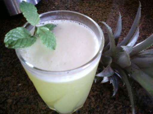 Suco de casca de abacaxi e hortelã