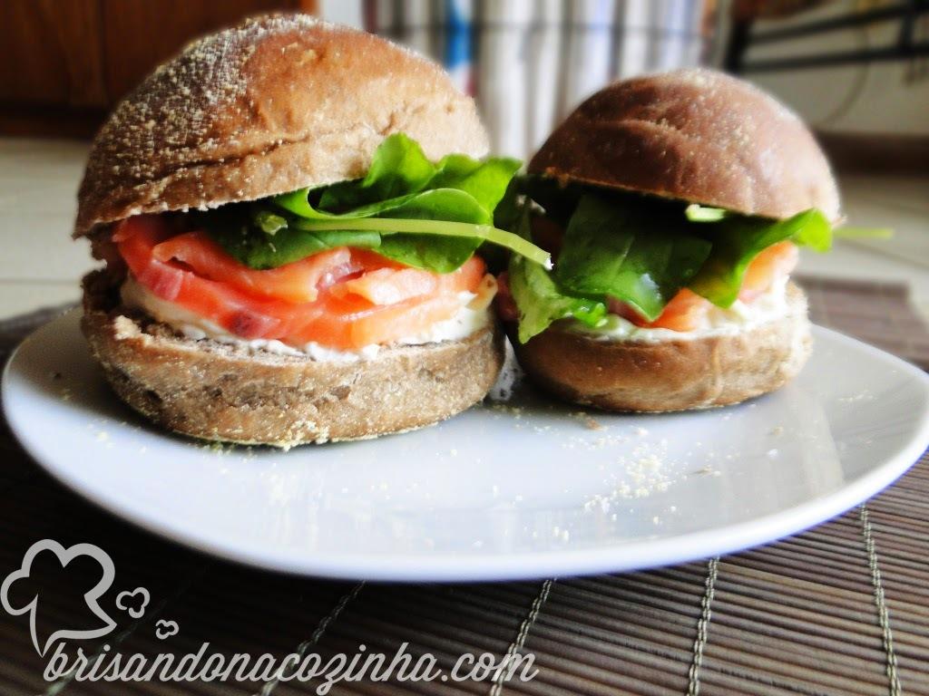 Sanduíche de salmão defumado, coalhada seca com toque de limão siciliano e rúcula no pão australiano