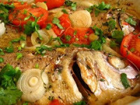 de peixe inteiro assado no forno com batatas
