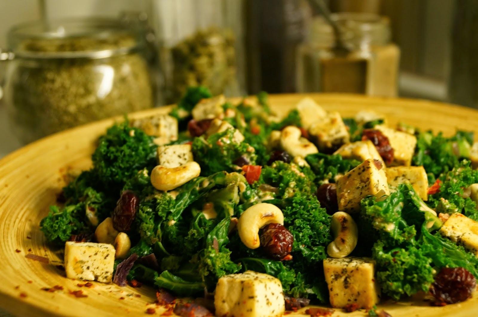 Orientalische Grünkohl-Bowle mit Minztofu, gerösteten Cashewkernen, Cranberries und einer Tahin-Chili-Sauce