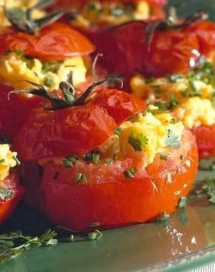 Tomates rellenos al horno vegetarianos