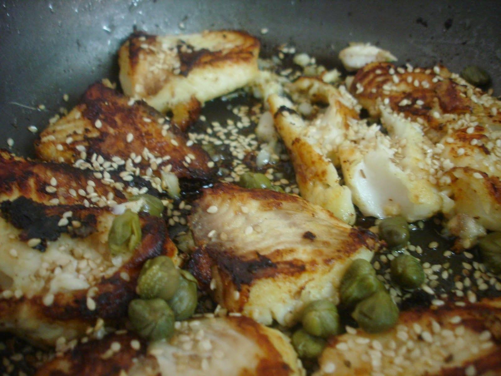 Peixinho com gergelim, alcaparras e alho fritinho: simples, muito rápido e muito gostoso!