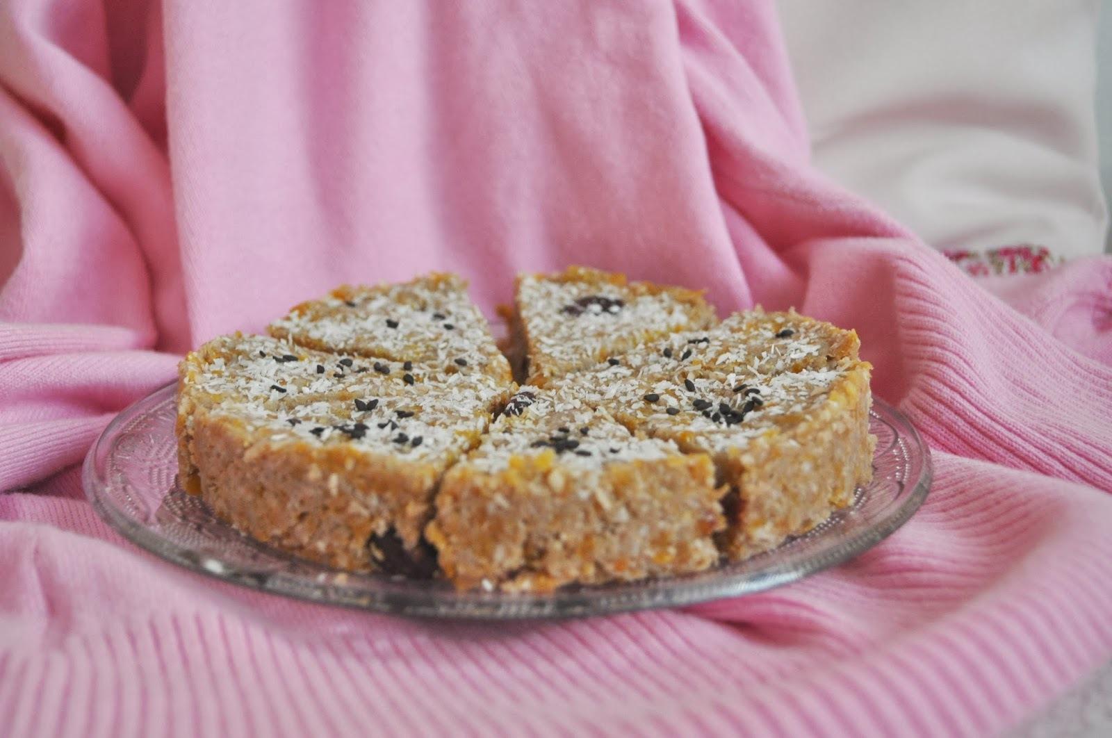 Raw marhuľovo - kokosový koláčik s višňami + Valentínska kvapka krvi