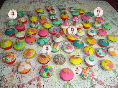 Cupcakes de baunilha com gotas de chocolate