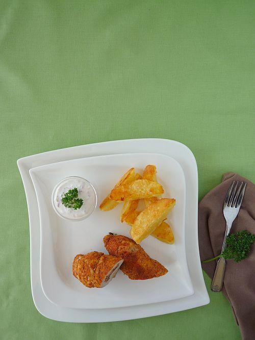 Töltött csirkemell fűszeres kéregben ropogós tepsis burgonyával és lila hagymás tejföllel