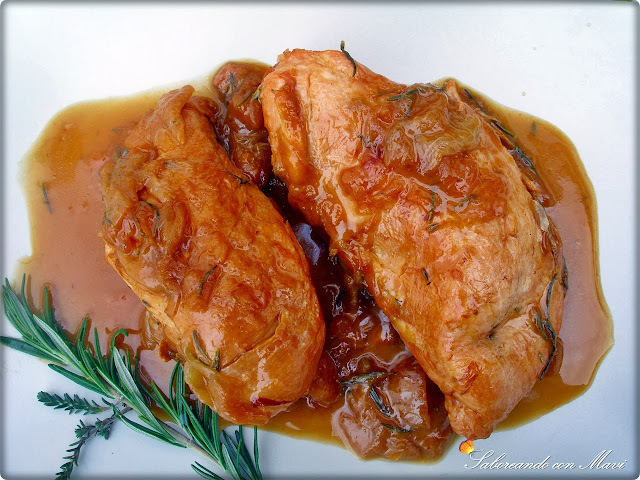 Pechugas de pollo campero encebolladas al tomillo, romero y vermouth