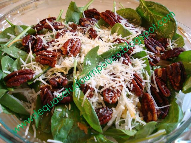 Salada de espinafre, pera e nozes pecan carameladas