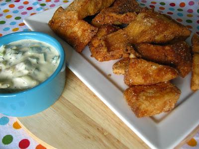 Tilápia empanada com dip de pimentão, provolone e champignon